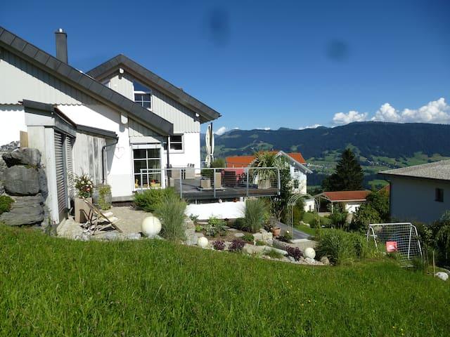 Neuwertige 80m² Ferienwohnung in bester Lage - Sulzberg - Apto. en complejo residencial