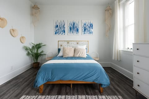 Stylish Oasis in the ♥ of Royersford | ♛Queen Bed