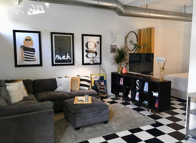 Cozy, walk-up studio apt in NE Minneapolis.