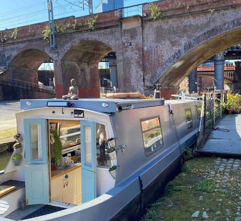 Boutique city centre narrowboat with honesty bar