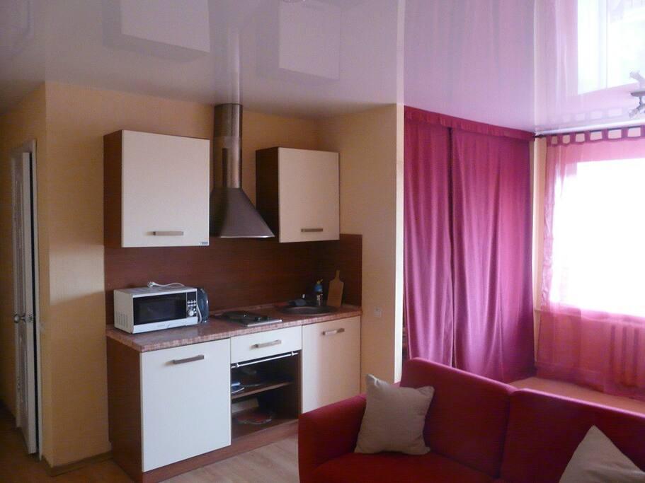 Справа от кухни отдельная комната, которую можно отгородить занавесками