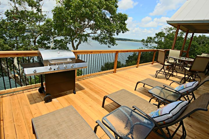 Overlook Pointe Lake House- Waterfront with Stunning Views and Hot Tub!