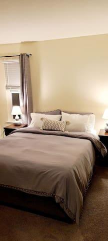 Guest bedroom queen bed w/ closet