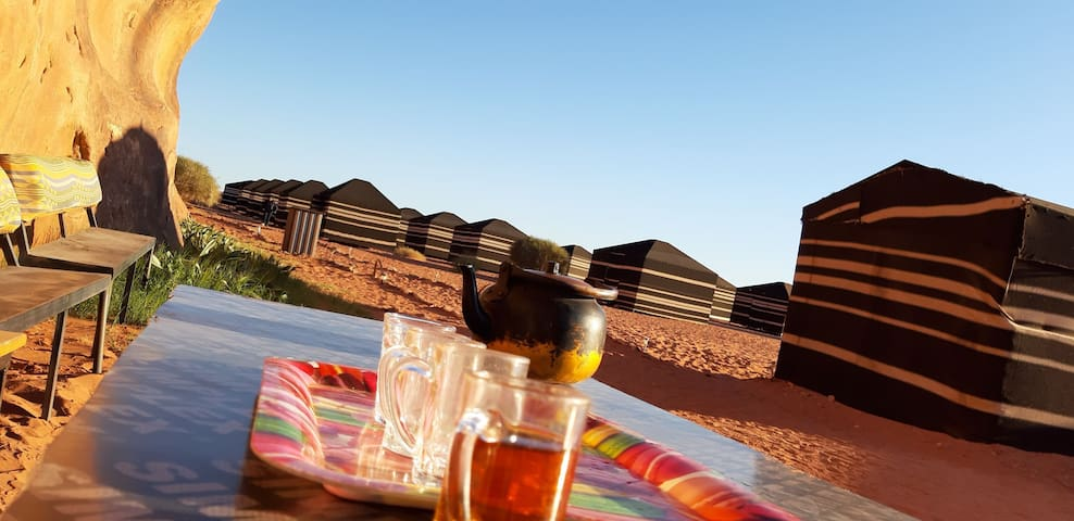 Camp in the middle of the desert. s