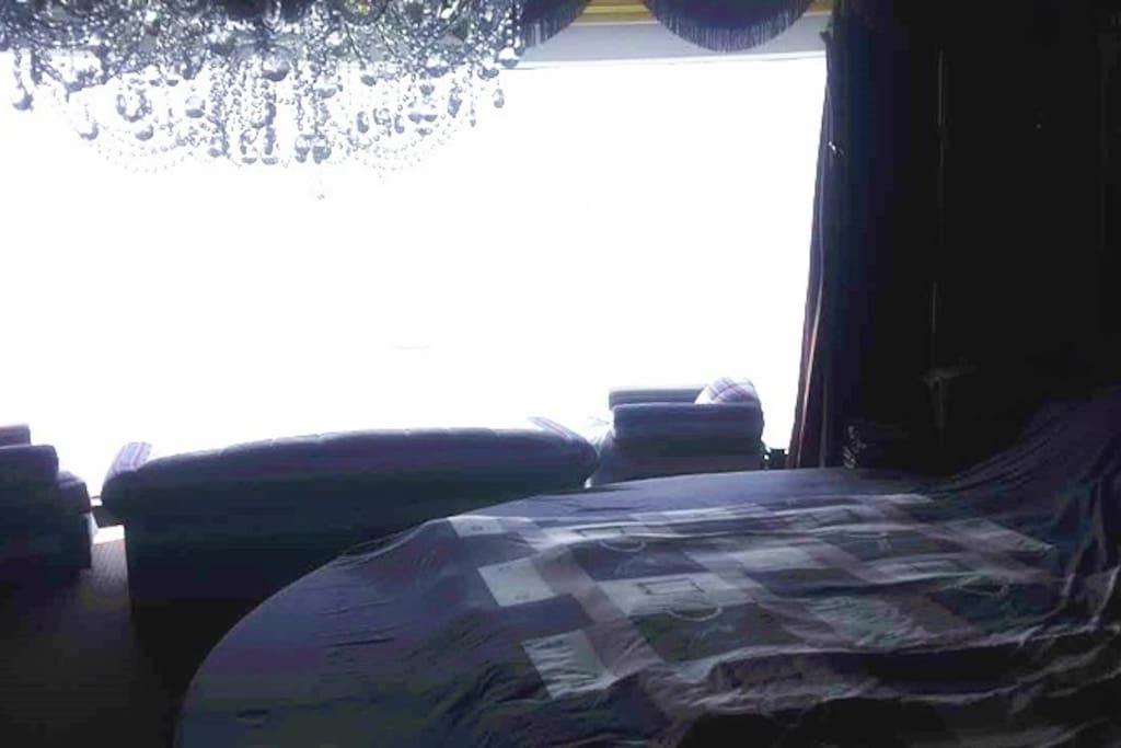 大落地窗,外面是无敌大海景,坐在床上有坐在船上的感觉。