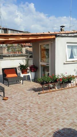 Piccola camera su terrazza con grande veduta