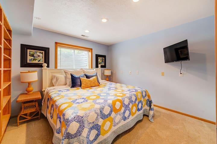 King size bed, walk in closet, Roku TV