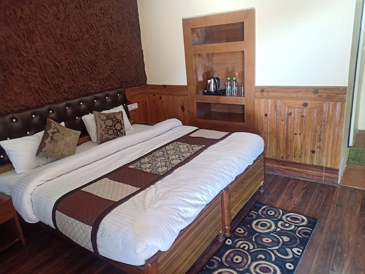 Private Rooms with Valley View @ Monal Inn, Pangot