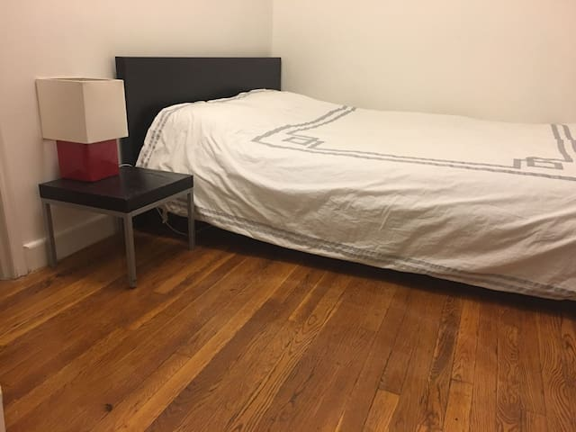 Private bedroom on Upper East Side !!!