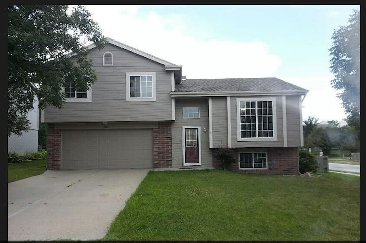 Bedroom for Rent in Nice Omaha home - Omaha - House