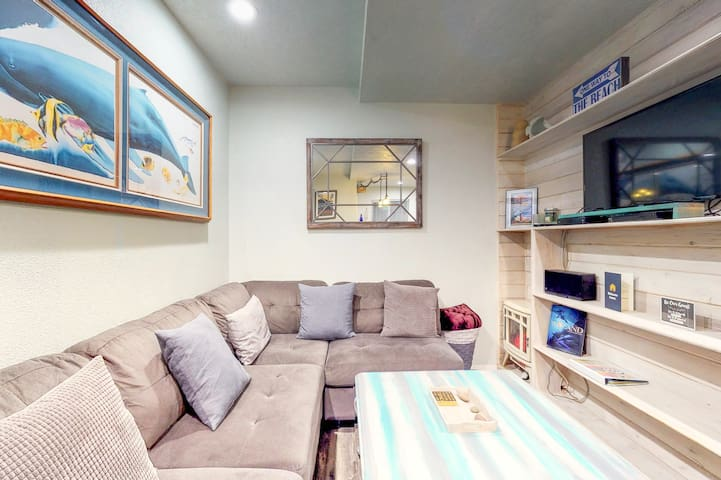 Modern, dog-friendly home in a tranquil setting - walk to beach & town