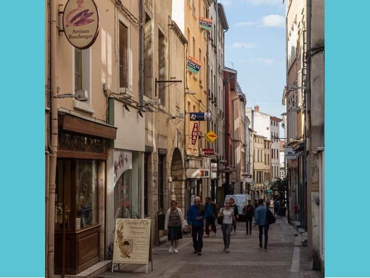 Plein centre. Rue piétonne. Vélo ok. Proche gare.