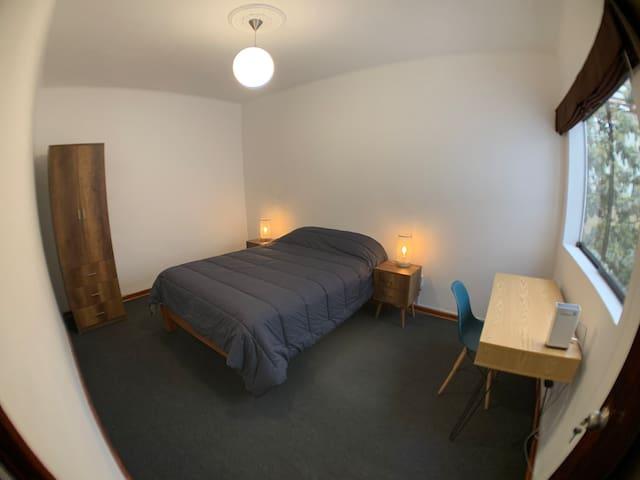 Habitación principal con escritorio y cama Queen