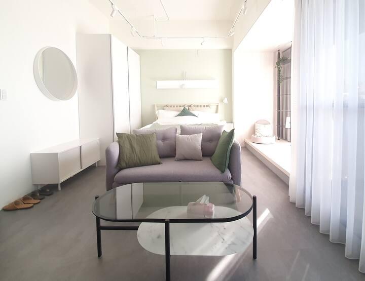 旅人、山、海、烏石港-綠光 頭城套房  舒服的居住空間 看著灑進來的日光,啜飲著好茶,放空跟閱讀。