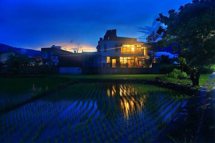 台東池上,三面窗景,欣賞舞動的稻田,擁有私密發呆陽台,四人空間分享!