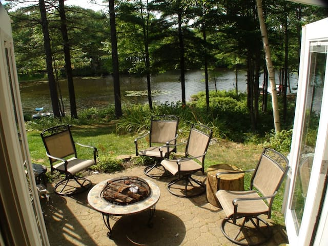 Peaceful Lakeside Suite w/ Firepit & Kayaks