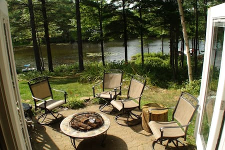 Peaceful Lakeside Suite w/ Fire Pit & Kayaks