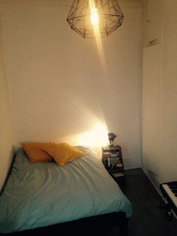 Chambre - Lit 2 places et grand placard