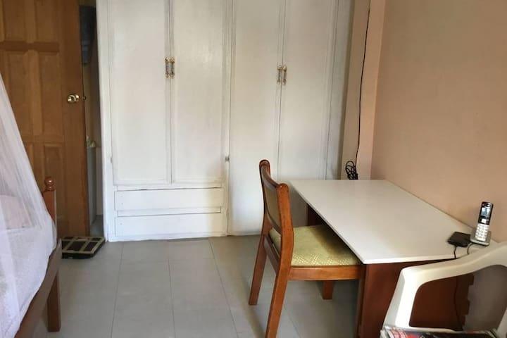 Single room #2 in quiet, safe apartment in Diamond