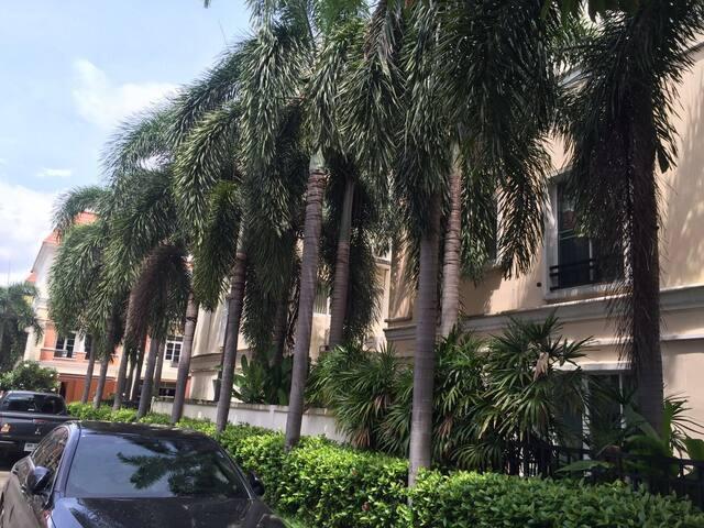 英拉府邸附近的纯泰国居住高档小区联排别墅独立卫浴 - Bangkok - Villa