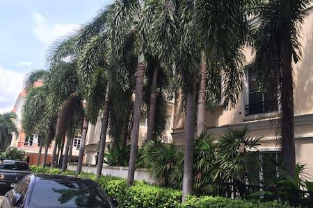 英拉府邸附近的纯泰国居住高档小区联排别墅独立卫浴 - กรุงเทพ - วิลล่า