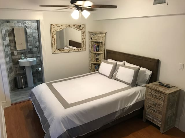 Your private room, with queen bed, private bathroom, bookcase with Miami/Coral Gables Guide Books; Lightning-fast Wifi