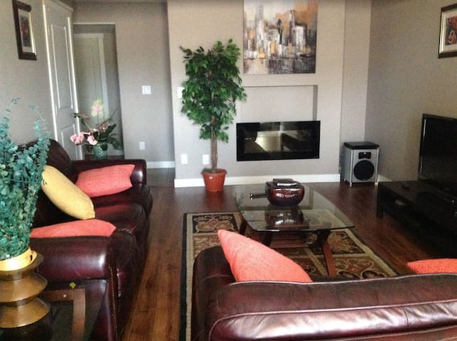 Beautiful 1 bed +large living room separate unit - Calgary - House