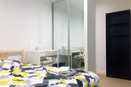 Private room with gym and pool near Caulfield - Caulfield North