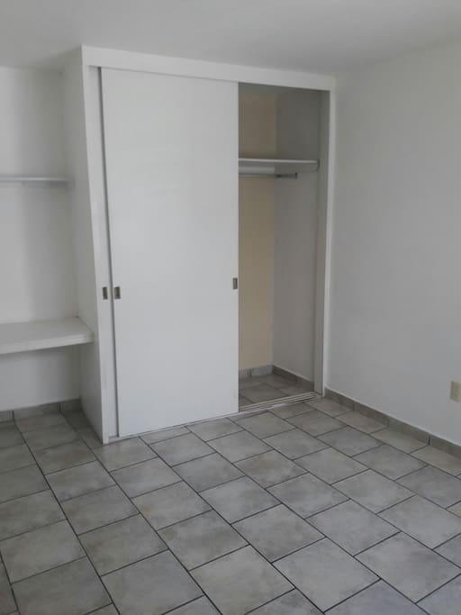 el cuarto con closet y escritorío.