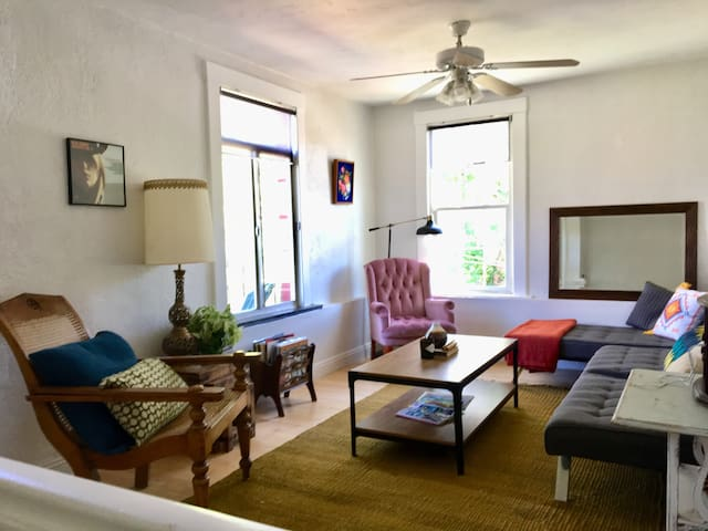 Downtown Bird's nest - 2 bd/ 1ba with Deck & View