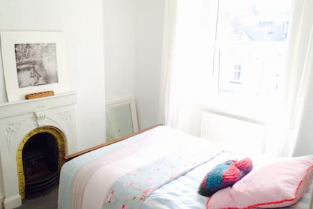 Sunny room in characterful cottage - Plymouth