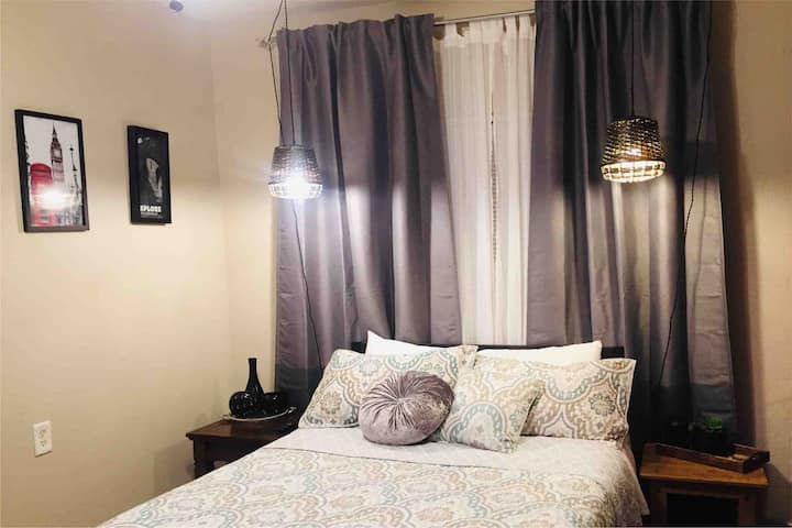 Nice room with bath, private entrance near Downtow