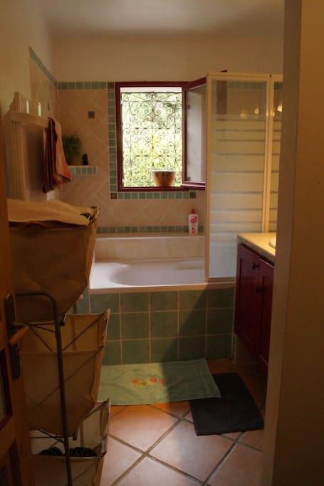 salle de bains avec WC, commune  à la deuxième chambre