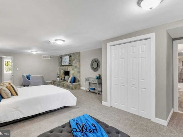 Basement bedroom in the suburbs. Private entrance.