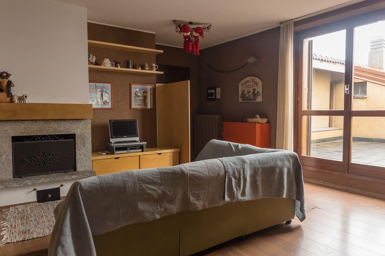 Ingresso e soggiorno con portafinestra sul balcone