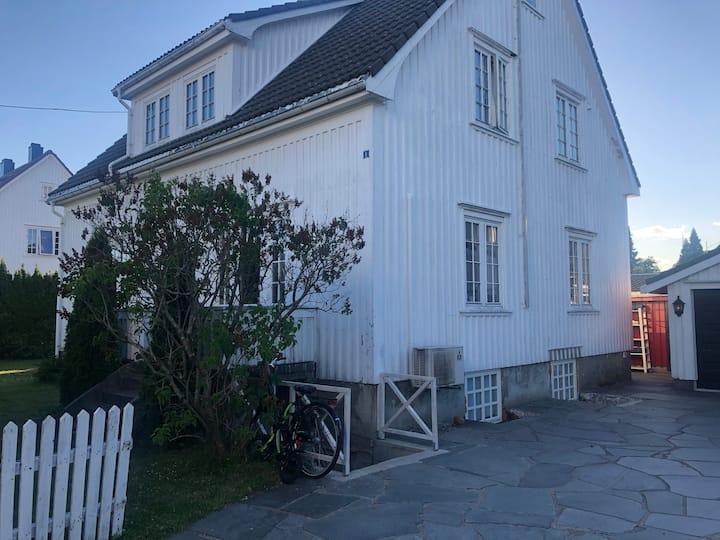 Stor familievennlig villa, nær sentrum sjøen