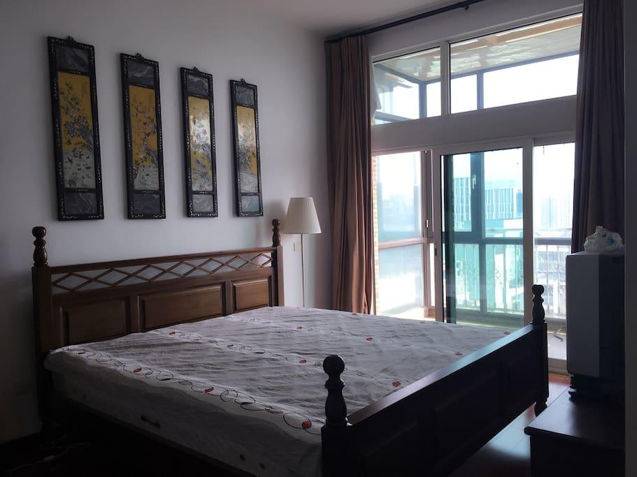 18楼,空气和风景都很好,枕头、床单、被罩五星级标准。首次出租还没敷上^一^。