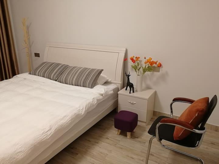 时光瑶(403)1.8米大床房,卫生间在房间外哦,但不是公用的,介意的亲勿定哈