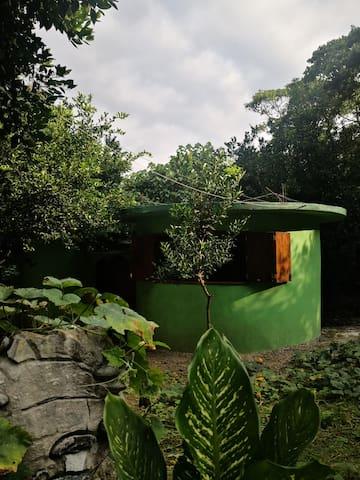 Casa habitación con baño completo con agua caliente.