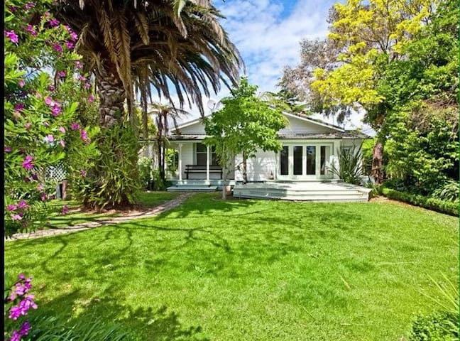 Private gardens and great location - Whakatane - Huis