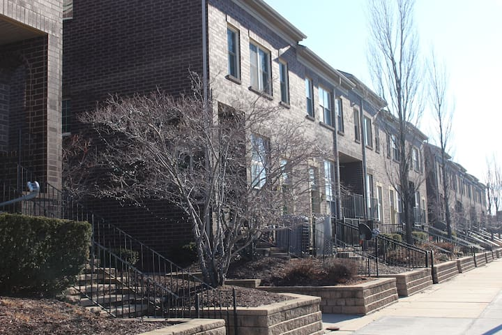 Downtown Dearborn Townhouse! Bright Spacious Quiet