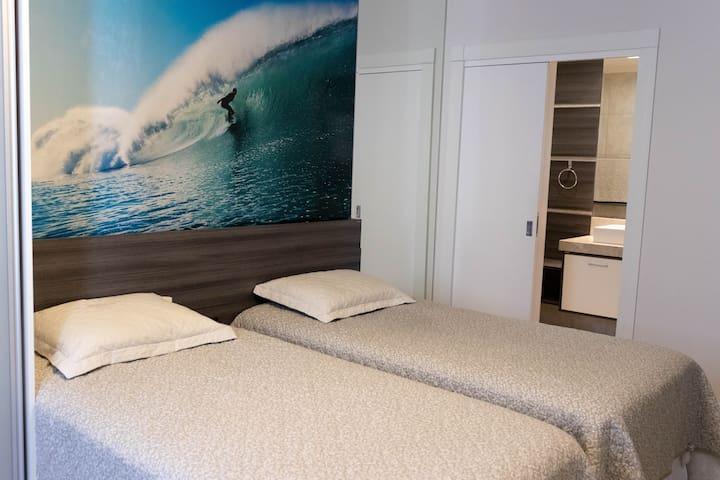 Suite 4 com duas camas de solteiro que juntas viram uma de casal.