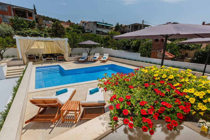 Luxury 4* Studio Apartment with heated pool