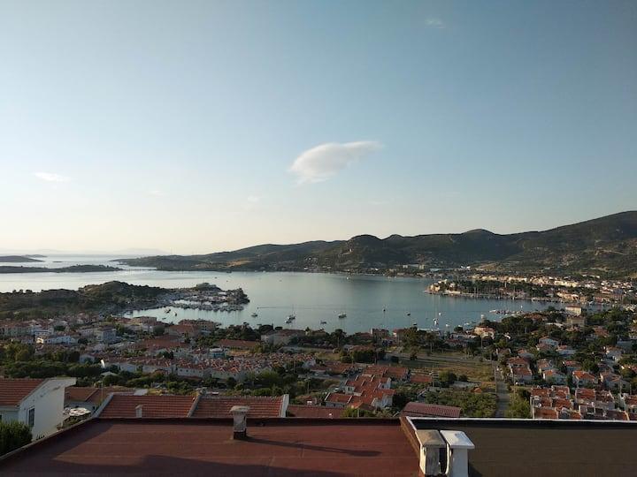 Panoramik deniz manzarası ile sakin, huzurlu tatil