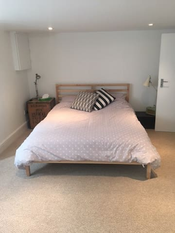Private ensuite and kingsize bed - London - Leilighet