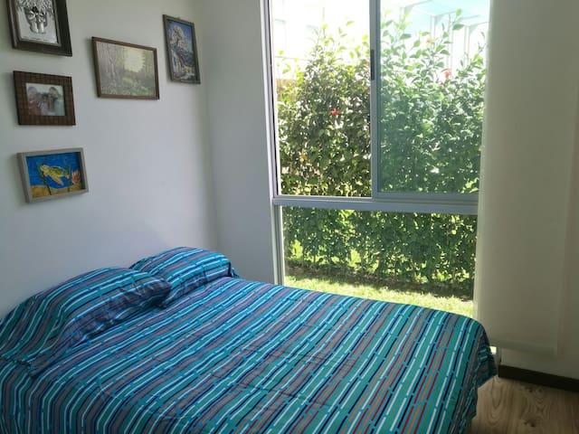 Acogedor, iluminado, seguro y excelente ubicación - San José - Apartamento