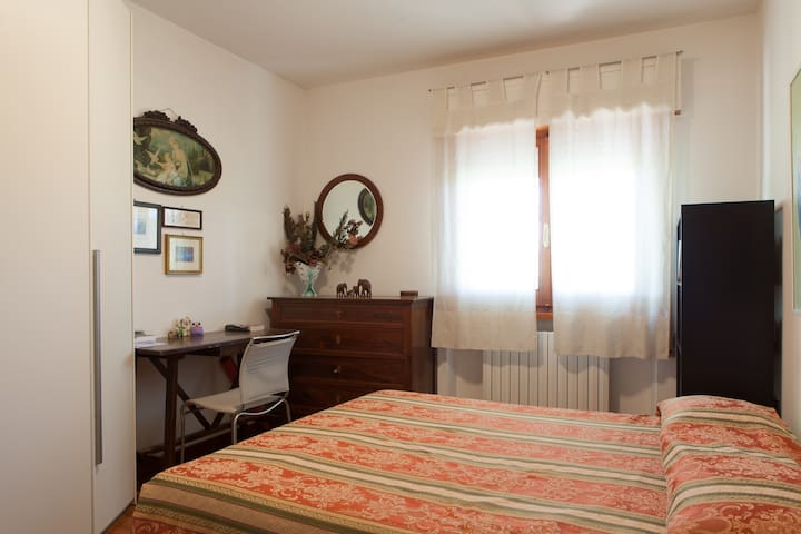 Peaceful and bright double room - Foligno - Casa