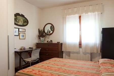 Peaceful and bright double room - Foligno