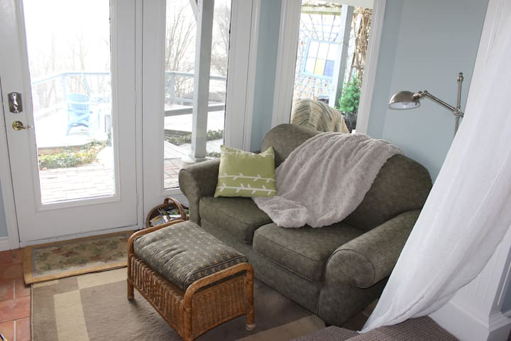 The Suite Retreat is a charming lake view getaway - Port Stanley - Cabaña