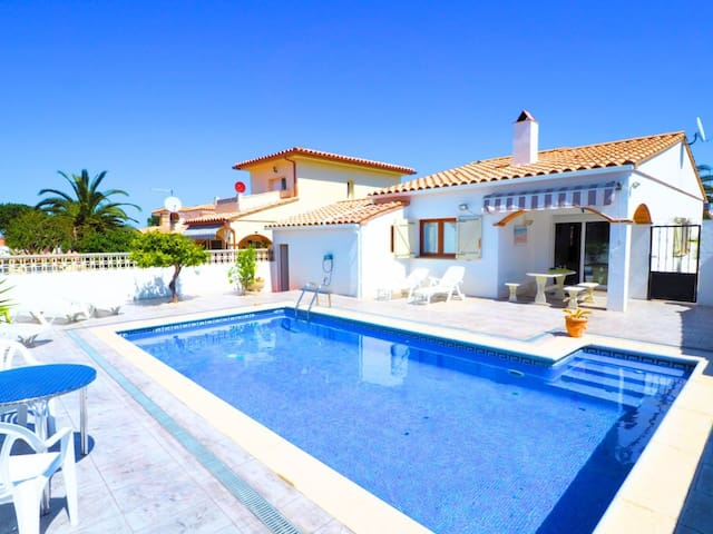 House with a private pool 700m from the beach and shops , with 3 bedrooms, living room , k